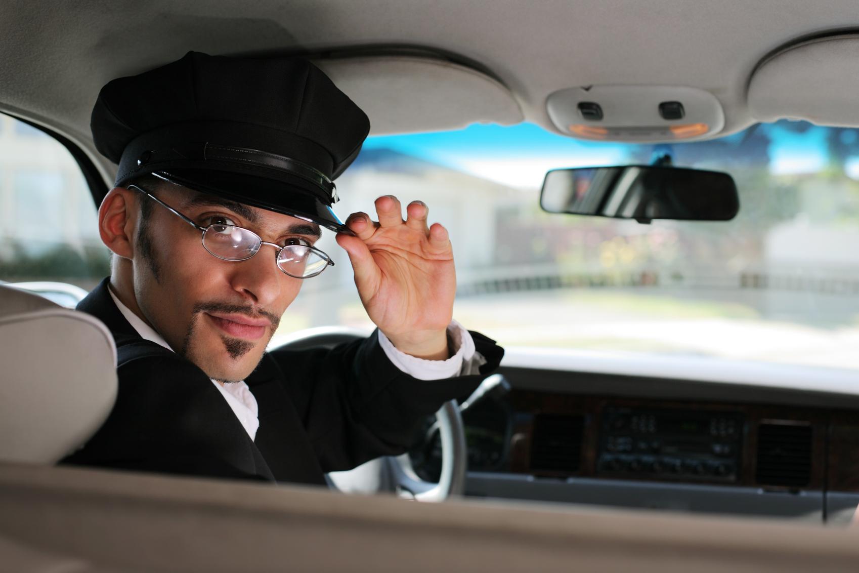 С таксистом у машине 23 фотография