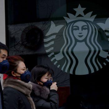 Starbucks не будет наливать кофе в тамблеры посетителей из-за коронавируса
