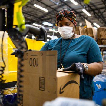 Amazon обвинили за недостаточную заботу о персонале в пандемию