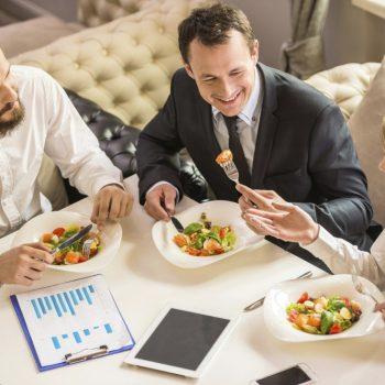 Во время рабочего дня каждому работнику полагается перерыв на обед или для отдыха. Четко установленного времени нет – перерыв может длиться от получаса до двух часов